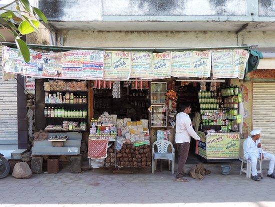 Shree Jalaram Mandir: Shops outside the temple
