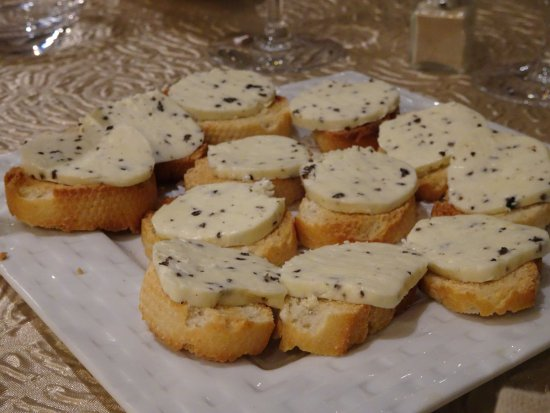 Sorges, France: En mundsmag. Brød med hjemmelavet trøffelsmør