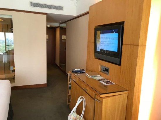 Pan Pacific Singapore: Minibar mit Fernseher