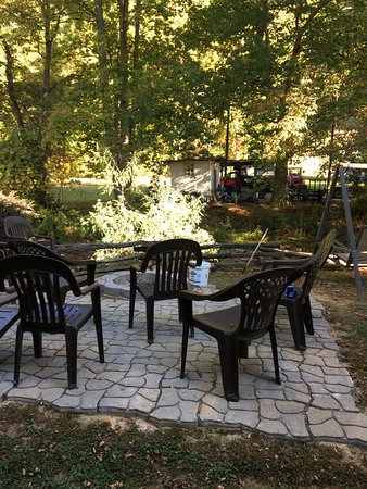 Maggie Valley Creekside Lodge: Nice firepit area