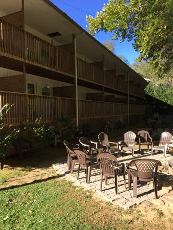 Maggie Valley Creekside Lodge: Back of motel with gathering areas