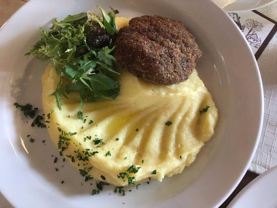 Dobříš, Česká republika: Zvěřinový karbanátek s bramborovou kaší