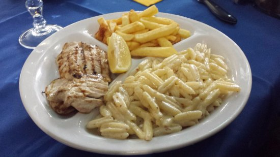 San Giusto Canavese, Italia: Tris con gnocchetti a formaggi, patate fritte e pollo alla griglia