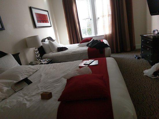 Artmore Hotel: Two double bed room.