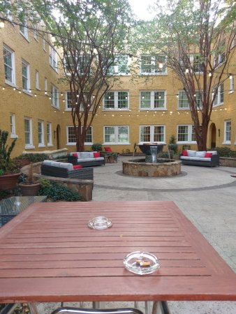 Artmore Hotel: Patio area
