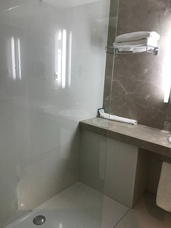 Sunrise Beach Hotel: Shower area - powerful and with loads of hot water
