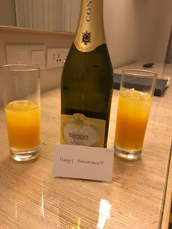 Sunrise Beach Hotel: Orange juice on arrival and a bottle of wine to celebrate our wedding anniversary.