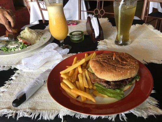 Tilarán, Costa Rica: Unas buenas bebidas! Te verde con menta y Piña con naranja! Luego hamburguesa de la casa y camar