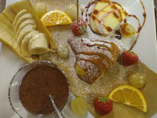 Mozzo, Italy: fonduta di cioccolato con  tavolozza di frutta fresca