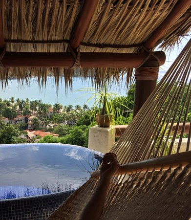 Hotel Cinco Sentidos: Siesta in the hammock by the pool in the room.