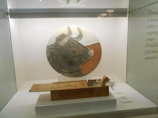 Buitrago de Lozoya, Spain: Plato con cabeza de toro y estuche pirograbado