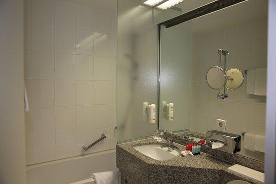 HEIDELBERG (DE). Hotel Leonardo City Center. Salle de bains & WC ...