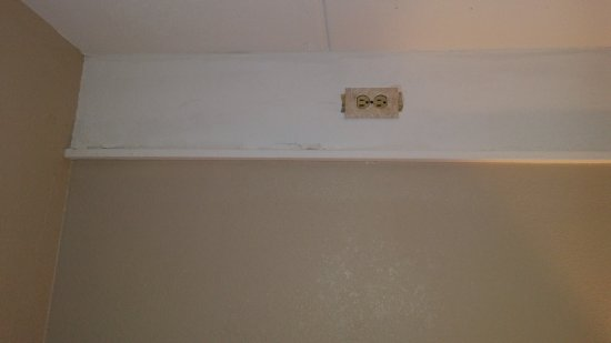 Sidney James Mountain Lodge: outlet near ceiling - I can only assume for previous swap lamp