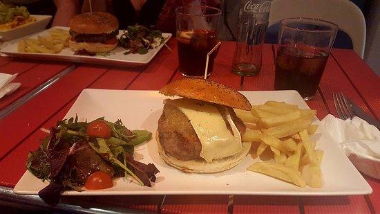 lunch box restaurant tiki room hamburguesa de lentejas y patata con queso brie y
