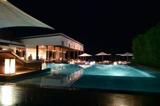 Putahracsa Hua Hin : Across the vanishing edge pool to the Oceanside restaurant