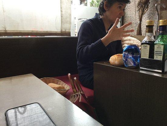 Alcobendas, Spanje: El cesto de pan, en el sofá. Como ha de ser. Ni espacio, había en la mesa.