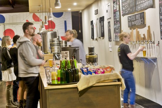 Preston, Australien: Pouring beer 2