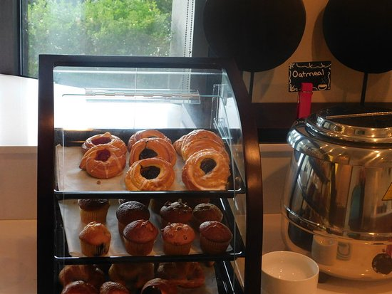 Irving, Teksas: Assorted Muffins and a Variety of Breads on the Daily Buffet