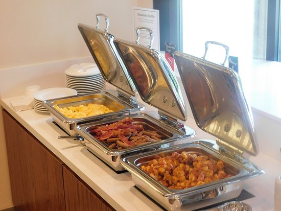 Irving, Teksas: Hot Items on the Breakfast Buffet.
