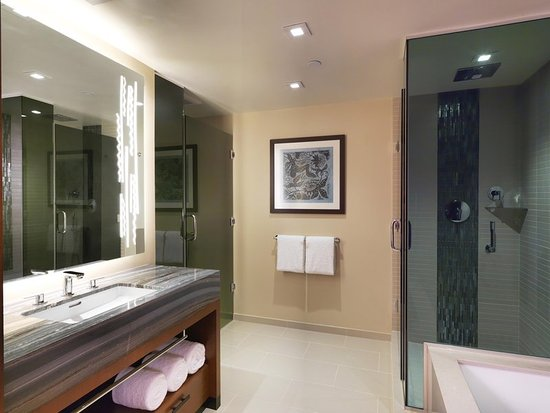 Hilton Hawaiian Village Waikiki Beach Resort: Bathroom