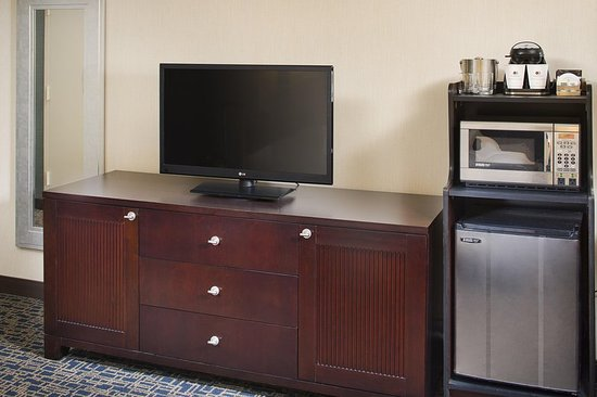DoubleTree by Hilton Hotel Baltimore - BWI Airport : Microwave and Fridge
