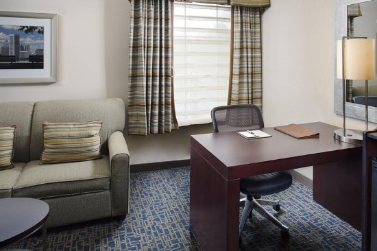 DoubleTree by Hilton Hotel Baltimore - BWI Airport : Desk with sofa