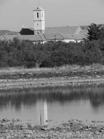 Brodarica, Croacia: vue du clocher depuis une crique