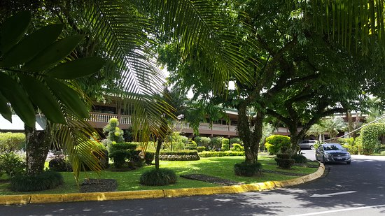 Hotel and Country Club Suerre: Mucho verdor... por estar en un lugar caliente la vegetación dan frescura al lugar