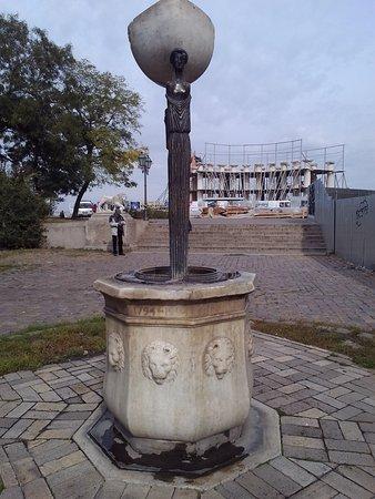 """Belvedere of Vorontsov's Palace: Фонтан """"Источник"""". На заднем плане - реставрируемая коллонада Воронцовского дворца"""