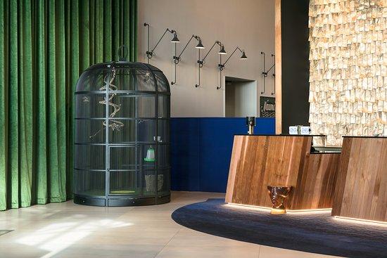 Naumi Hotel Auckland Airport: Bird Cage beside Hotel Reception