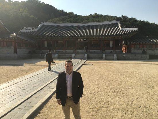 Suwon, South Korea: Vale la pena conocer el lugar, permite entender y admirar aun mas la cultura de los Coreanos.