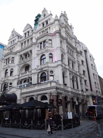 Premier Inn London Leicester Square Hotel: View of building from Leicester Sq