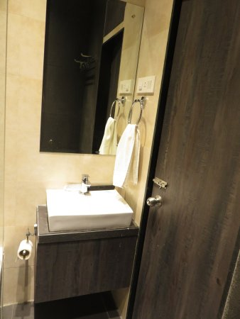 Hotel Kumkum : Very small but clean and modern bath room