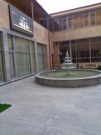 Ani Plaza Hotel: Terraza Exterior