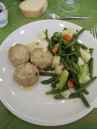 Murialdo, Italy: Polpette alla salvia con verdure al vapore