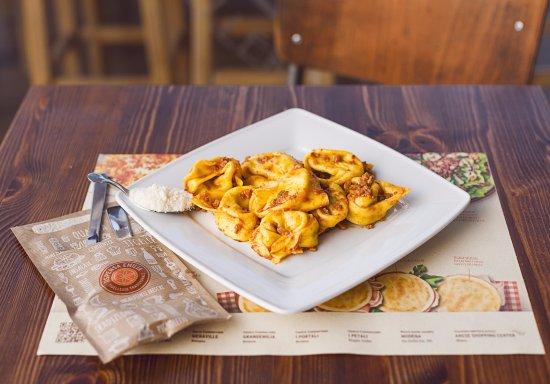 Tortelloni al ragù, con ripieno di ricotta e spinaci o di zucca