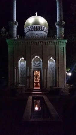 Кабардинка, Россия: Во время антракта можно погулять по парку и насладиться вечерними красками.