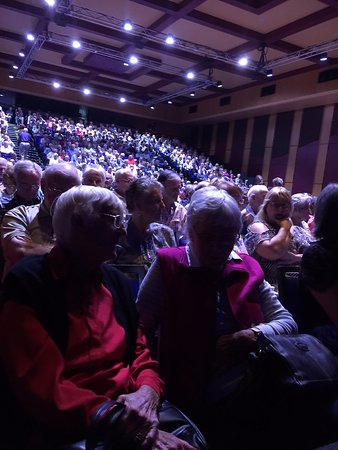 Caloundra, Australia: packed out audience