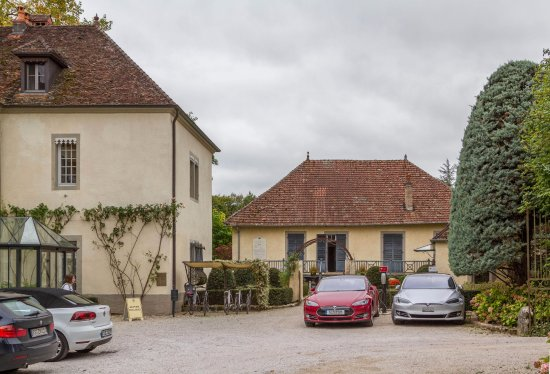 Port-Lesney, Fransa: Tesla chargers in front of reception