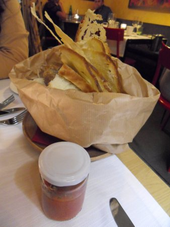 Osteria dell'Ingegno: Bread basket with tomato and basil puree