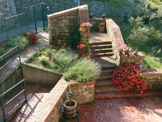 Framura, Itálie: il nostro ingresso....con i fiori stupendi di Piergiorgio