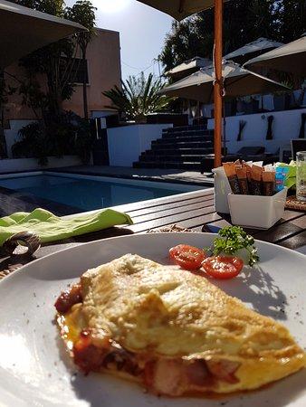 2Inn1  Kensington: Outdoor breakfast at the Hotel