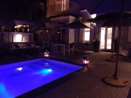 2Inn1  Kensington: The hotel pool