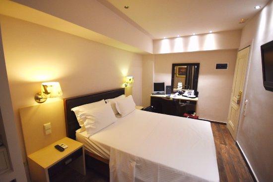 Piraeus Dream City Hotel: Executive double on 7th floor - quite a narrow room!