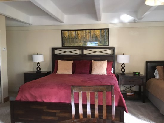 Antlers at Vail: Spacious bed in suite (a second twin bed was located to the right of the main bed)