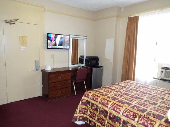 Stillwell Hotel: TV他、設備はいちおう、、