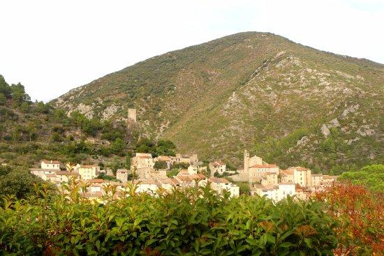 Vue sur le village de Roquebrun