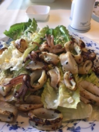 Potomac, Мэриленд: Caesar salad with grilled calamari