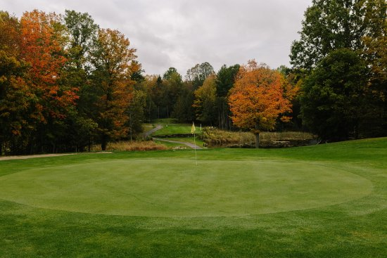 Lanark, Canadá: Sixth green, uphill and over the pond