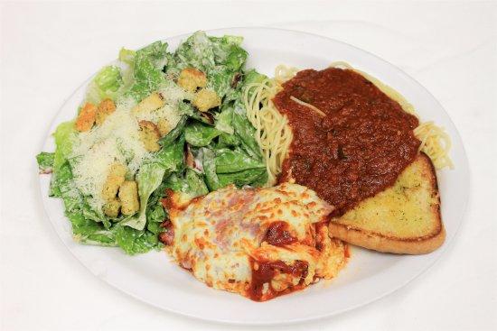 Chibougamau, Canada: Poitrine Italienne aux 3 fromages servis avec salade césar et pain au beurre persillé mmmh!
